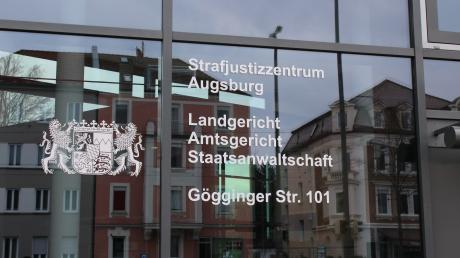 Vor der Jugendkammer des Augsburger Landgerichts werden sich eine Frau und drei Männer verantworten müssen. Ihnen werden Raub und räuberische Erpressung vorgeworfen.