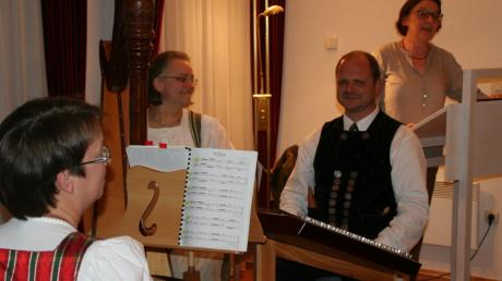 Sabine Huber, Anja Krammer, Michi Huber und Mundartdichterin Rosy Lutz (von links) sorgten mit ihren Beiträgen für einen kurzweiligen Abend.