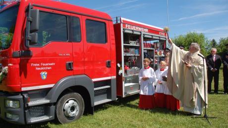 Pfarrer Werner Ehnle segnete das neue Fahrzeug der Freiwilligen Feuerwehr Neukirchen.