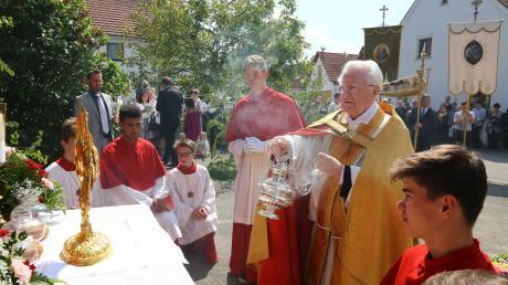 Am Altar vor seinem Elternhaus in Klingen las Prälat Georg Kirchmeir bei der Fronleichnamsprozession das Evangelium und spendete den Segen.