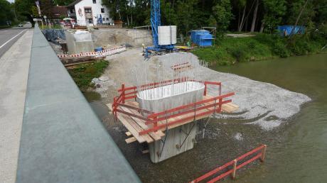 Von der geplanten Radbrücke über den Lech kann man schon einiges sehen: Auf der Westseite im Fluss steht ein neuer Brückenpfeiler und am Ufer ist schon das Widerlager zu erkennen. Auf diese Baukörper, die spiegelbildlich auch auf der Ostseite entstehen, werden dann die Stahlteile für die eigentliche Brücke eingehoben.