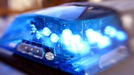 Ein 68-jähriger Autofahrer hat am Montagmorgen einen Unfall auf der Bundesstraße 300 bei Klingen (Aichach) verursacht. Er hatte sich verfahren und wollte wenden.