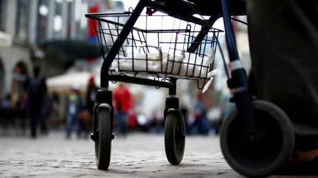 Ein unbekannter Dieb hat einem 70-Jährigen seinen Rollator gestohlen. Wert: rund 400 Euro.