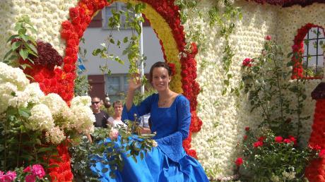 Als Dornröschen im blauen Kleid grüßte und winkte Lara Forestieri vom Festwagen des Obst- und Gartenbauvereins Thierhaupten.
