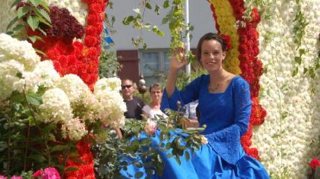 """""""Dornröschen"""" Lara Forestieri winkte beim Blumenumzug in Thierhaupten den Besuchern zu."""