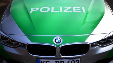 Eine 47-Jährige fährt beim Einparken in Schrobenhausen ein Fahrzeug an. Statt sich mit dem Unfall zu beschäftigen beleidigt die Frau die Unfallopfer.