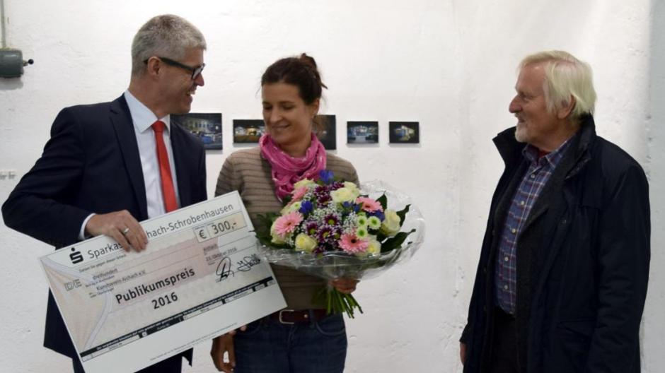 Sarah Zagefka gewinnt in Aichach mit sechs kleinen, einzelnen Bildern den Publikumspreis.