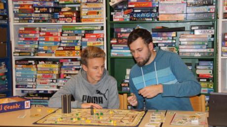 In den vergangenen Jahren fanden regelmäßig Spieletage in Pöttmes statt.  Chris Baumer (rechts) betreute die Aktion vor Ort. Das Archivbild von 2016 zeigt ihn mit Manuel Perkhammer.