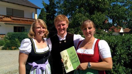 Die Geschwister Reitberger mit ihrem neuen Liederbuch.