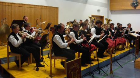 Beherrscht auch feine Mozart-Klänge: das Orchester des Musikvereins Obergriesbach unter Leitung von Joseph Rast.
