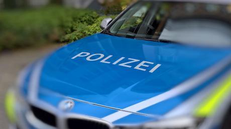 Ein Lkw-Fahrer hatte die Polizei gerufen, weil er aus dem Auflieger seines Fahrzeugs Klopfgeräusche gehört hatte. Die Ermittler fanden im Lkw sechs Flüchtlinge aus Afghanistan.