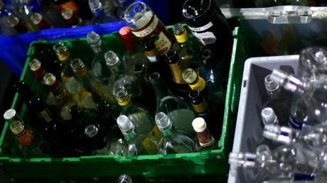 Ein Mann hat in Altenstadt Leergut von einem Getränkemarkt gestohlen. Eine Elfjährige kam ihm auf die Schliche.