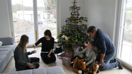 Mit gemischten Gefühlen feierte heuer Familie Pfisterer (von links: Lena, Monika, Isabella und Andreas) aus dem Aichacher Stadtteil Klingen das Weihnachtsfest. Im vergangenen Jahr war ihr Haus abgebrannt. Heuer stand der Weihnachtsbaum im neu gebauten Haus. Im Hintergrund ist im Garten der Wohnwagen zu sehen, den sie als Übergangsdomizil kauften.