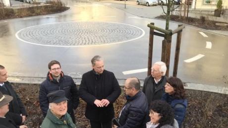 Einen Mini-Kreisverkehr, wie ihn sich die CSU in der Oberen Vorstadt in Aichach wünscht, gibt es schon in Petershausen. Eine Delegation aus Aichach informierte sich dort.
