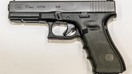 Drei Glock 17 (hier ein Symbolbild) und3000 Schuss Munition hat ein 25-Jähriger aus dem Landkreis Neuburg-Schrobenhausen gekauft. Daheim hatte er weitere Waffen und außerdem jede Menge Gras. Doch die Polizei kam ihm auf die Schliche.