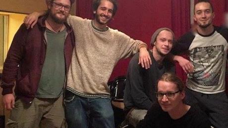 Das ist Tamani (mit Selbstauslöser fotografiert): (von links) Matthias Schröder (Gitarre und Backgroundgesang), Alexander Köffer (Gesang), Marius Uhl (Bass), Tobias Werner (Schlagzeug) und (vorne) Moritz Schwärzer (Keyboard).