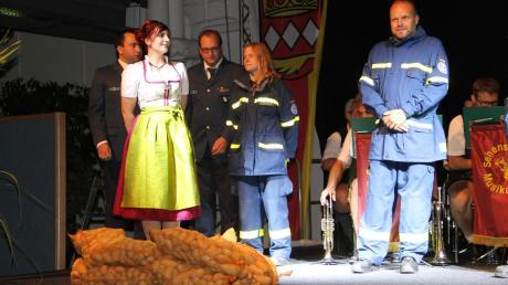 Erst transportierte das Förderband einige Säcke Kartoffel auf die Bühne, dann rollte eine Puppe an, die sich inmitten ihrer Kollegen vom THW zur 40. Bayerischen Kartoffelkönigin entfaltete.