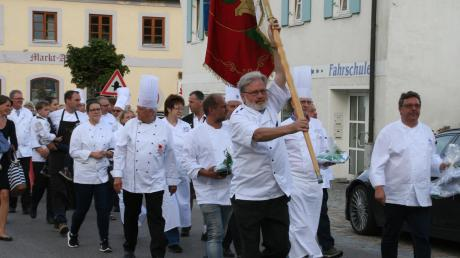 Die Wittelsbacher Spezialitätenwirte feierten ihr Laurenzifest. In ihren weißen Schürzen und Mützen samt Fahnen und Banner marschierten sie in das voll besetzte Gotteshaus ein.