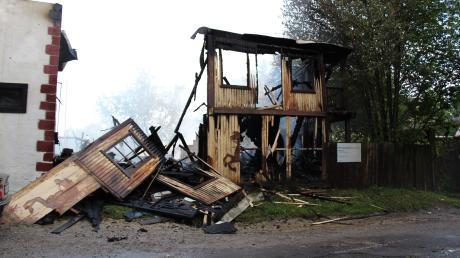 Bei einem Brand wurde am Sonntag die Western City in Dasing völlig zerstört. Stallungen, Feriendorf und Festspielgelände sind davon nicht betroffen.