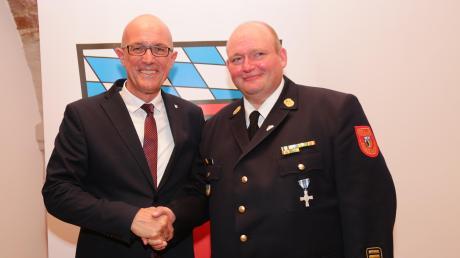 Erst vor wenigen Wochen wurde Christian Happach (rechts) vonLandrat Klaus Metzger (links) zum Kreisbrandrat ernannt.