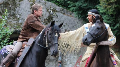 Helmut Urban im Kostüm Old Shatterhands (links) und Matthias M. alias Winnetou reiten wieder.