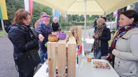 Der Regenhielt die Besucher nicht vomKunsthandwerkermarkt ab.