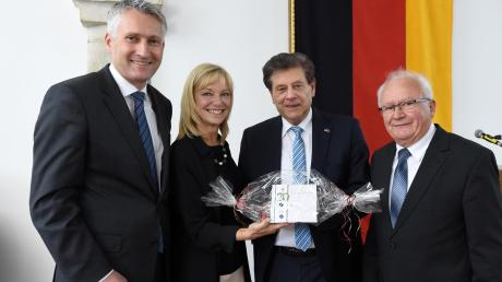 Der ehemalige Vizepräsident des Bundestags Eduard Oswald (Zweiter von rechts) feierte kürzlich seinen 70. Geburtstag. Ihm gratulierten (von links) Hansjörg Durz, Carolina Trautner und Matthias Stegmeir.