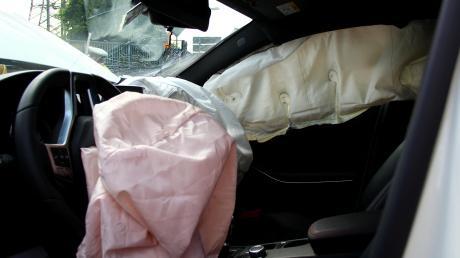 Alle Airbags im Auto wurden bei einem Unfall bei Ehekirchen ausgelöst (Symbolfoto).