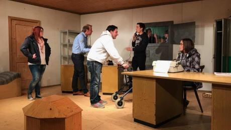 """Die Stücke """"Polizeiwache 007"""" und """"Der geprellte Wirt"""" bringt der katholische Burschenverein Grimolzhausen in der Weihnachtszeit zur Aufführung."""