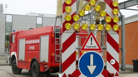 Ein Verkehrssicherungsanhänger riegelt Unfall- oder Baustellen auf Autobahnen ab. Ein 52-Jähriger krachte am Dienstag mit seinem BMW SUV gegen einen solchen Anhänger.