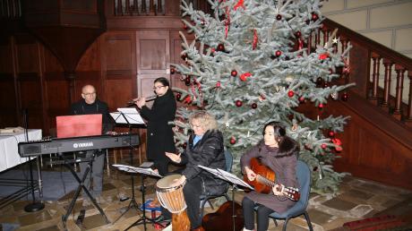 Zusammen mit befreundeten Musikern aus dem Oberallgäu gestaltete Pastoralreferent Richard Willburger (links) einen musikalisch abwechslungsreichen Gottesdienst.