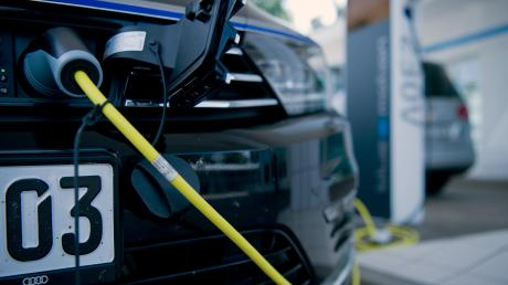 Auf dem Parkplatz des Rathauses in Pöttmes gibt es bald eine Ladestation für Elektroautos. Der genaue Termin steht noch nicht fest.