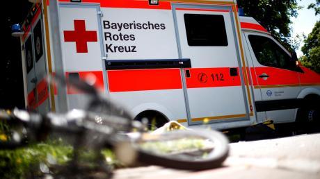 Ein 53-jähriger Radler ist bei einem Verkehrsunfall am Samstagabend in Petershausen schwer verletzt worden. (Symbolfoto)