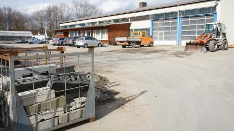 Der Stadtbauhof im Gewerbegebiet Aichach-Süd braucht mehr Platz. Er soll eine weitere Halle bekommen.