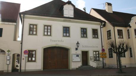 Hinter dem alten Inchenhofener Feuerwehrhaus liegt ein Parkplatz. Dieses Grundstück ist für ein Bürger- oder Gemeindehaus vorgesehen.