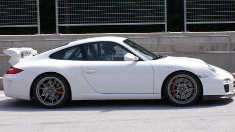 Ein Porsche ist am Sonntagnachmittag nach einem Überholvorgang auf der Staatsstraße 2047 im Graben gelandet. (Symbolbild)