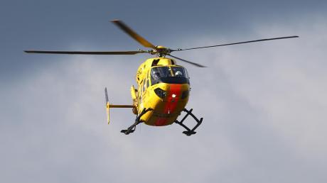 Ein Rettungshubschrauber fliegt den verletztenArbeiter ins Klinikum Augsburg.