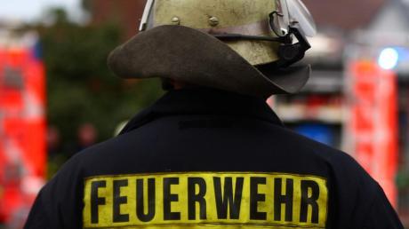 In Nersingen hat ein 79-Jähriger einen Feuerwehreinsatz ausgelöst, nachdem er versucht hat, mit einem Bunsenbrenner Unkraut zu bekämpfen. Dabei ist die Hecke in Brand geraten.