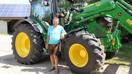 Stolz zeigt Stephan Finkenzeller seinen neuen Traktor, der erst seit kurzem auf dem Hof ist.