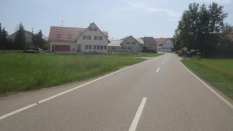 Wer von Rieden nach Tödtenried fährt, den erwartet dieser Anblick. Das könnte besser sein. Dieser Ansicht ist jedenfalls der Gemeinderat Sielenbach. Deshalb soll am Ortseingang auf der linken Seite ein Blumenhügel mit Bank und Bäumen geschaffen werden.