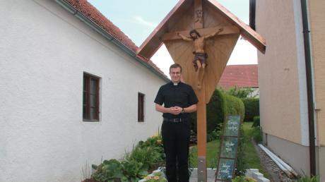 Tobias Seyfried feiert am Sonntag, 1. Juli, seine Primiz in seinem Heimatort Echsheim. Das Primizkreuz steht direkt an Seyfrieds Elternhaus.