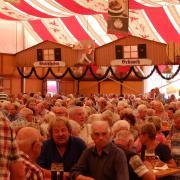 Der traditionelle Seniorennachmittag auf dem Volksfest in Aichach war auch in diesem Jahr wieder gut besucht. Die Sielenbacher Blaskapelle sorgte bei sommerlichen Temperaturen für zünftige Musik im Bierzelt.
