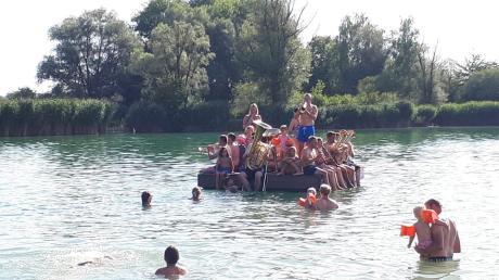 Ungewohnter Einsatzort für die Lechtaler: Sie spielten am Thierhaupter Weiher vom Floß aus.