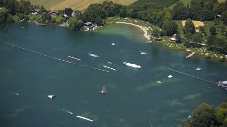 Der Friedberger See zieht viele Menschen an. Nun wurde dort ein Sonnenschirm am Südufer-Kiosk beschädigt.