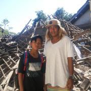 Ein schweres Erdbeben hat die indonesische Insel Lombok erschüttert. Julia Linscheid aus Aichach war zufällig vor Ort und hilft nun den Opfern der Katastrophe in einem Camp. Die 22-Jährige hat die Situation vor Ort mit ihrer Kamera dokumentiert.