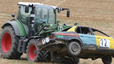 Wenn gar nichts mehr geht, werden die Autos mit dem Traktor von der Strecke geholt. Archiv