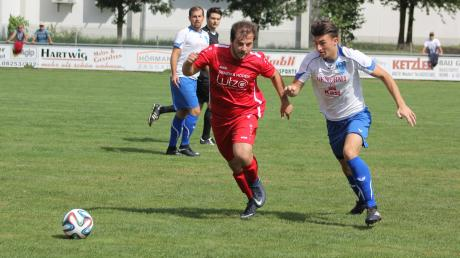 Harun Nurten (links im Trikot des TSV Pöttmes) kehrt zum TSV Rehling zurück.