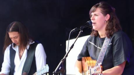 """Die junge Sängerin Monika """"Moni"""" Wagner (rechts) aus Tödtenried eröffnete das zweite Mundartfestival in Oberdolling im Landkreis Eichstätt."""