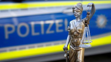 Eine 56-Jährige soll die Ex-Freundin ihres Sohnes aus dessen Haus geschubst haben. Sie ist wegen Körperverletzung angeklagt.