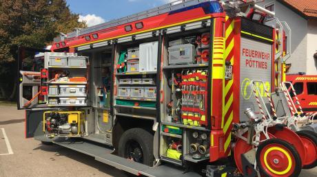 Das neue Fahrzeug der Freiwilligen Feuerwehr Pöttmes mit Beladung.